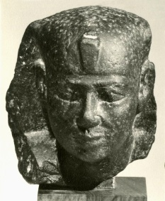 Royal_head_from_a_small_statue.jpg